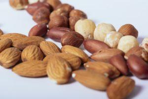 プラリネの材料のナッツ
