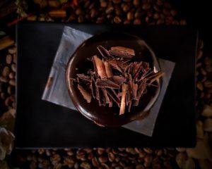大東カカオのクーベルチュールチョコレートを刻んだもの