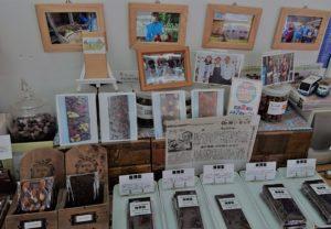店内には所狭しとチョコレートや写真が並んでいます。