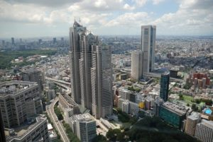 新宿にはショッピングビルが立ち並んでいます。