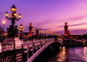 夕焼けのパリの街並み